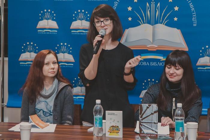 Оксана Боровець – поетеса, редактор журналу Корейського культурного центру «Мугунхва», організатор міжнародного фестивалю «Каштановий дім», мистецьких квартирників «ЗвиЧАЙні вірші»;